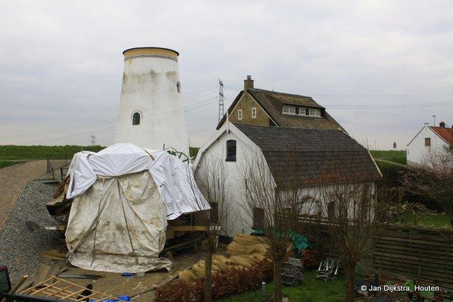 Druk bezig met de restauratie van de molen in Nieuw-Lekkerland.