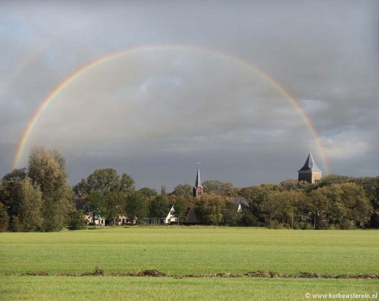 Dorpsgezicht Easterein met links de voormalige Gereformeerde kerk ...