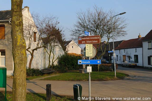 grevenbicht-papenhoven_de_watermolen_ligt_wat_verscholen_in_de_rij_huizen.jpg