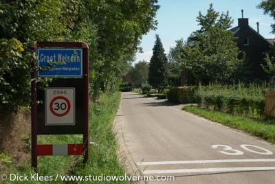 In Groot Welsden mag je maar 30 km/uur rijden. En terecht natuurlijk. Door zo'n prachtige buurtschap moet je ook helemaal niet harder wíllen rijden...