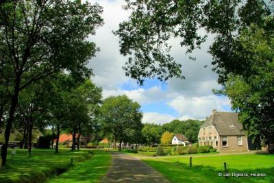 De Drentse dorpen zijn vaak gelegen aan een brink, zoals hier in Doldersum