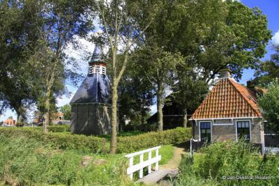 Het bijzondere, schaarse Klokhuis van Greonterp uit 1812, de opvolger van de kerk die enkele decennia daarvoor is afgebroken.