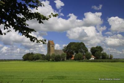 In Fryslân hebben de kerken vaak een zadeldak en zijn deze in het vlakke Friese land al van ver te zien, zoals hier in Westhem
