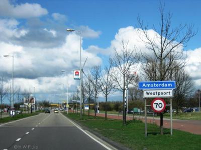 Amsterdam, bedrijventerrein Westpoort. Dit is tenminste duidelijk en eenduidig: je nadert de plaats en bebouwde kom Amsterdam (blauw bord), en daarbinnen het bedrijventerrein Westpoort (wit bord er onder). Zo hoort het!