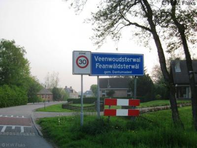 Feanwâldsterwâl, een dorp op de Rode Lijst, omdat het voor de postadressen niet bestaat als plaatsnaam en zogenaamd 'in' Feanwâlden, Hurdegaryp en Noardburgum ligt. De inwoners ijveren al jaren voor erkenning van hun dorp als 'woonplaats'.
