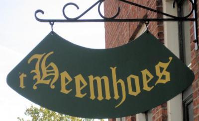 Ons land telt ca. 700 heemkundige verenigingen en stichtingen. Vaak hebben zij ook een Oudheidkamer of verenigingsgebouw dat te bezoeken is. Op de foto 't Heemhoes van Stichting Heemkunde Denekamp.
