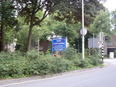 Ook bij verschillende gemeenten kunnen de borden gebroederlijk in één portaal. Moeten de gemeenten het alleen wel eens worden over wie het portaal betaalt, of dat ze die kosten delen. Hier ga je Heilig Landstichting (gem. Berg en Dal) uit en Nijmegen in.