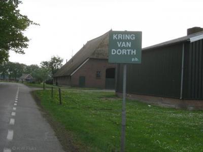 Als je woonplaats wél door je gemeente formeel wordt erkend voor het postcodeboek, maar vervolgens ter plekke nergens wordt aangegeven, dan maak je je plaatsnaamborden maar zélf, zoals Plaatselijk Belang van de buurtschap Kring van Dorth heeft gedaan...