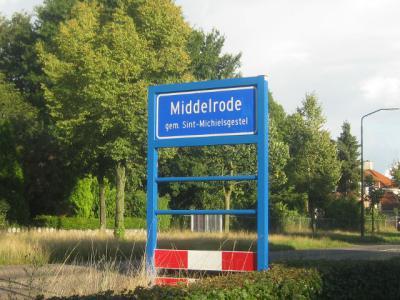 Een veel voorkomend misverstand is dat in het postcodeboek en de BAG alle plaatsnamen zouden staan. Die missen echter bijna alle ca. 4.000 buurtschappen plus nog ca. 200 dorpen. Het Brabantse Middelrode is een van die 'vergeten' dorpen.
