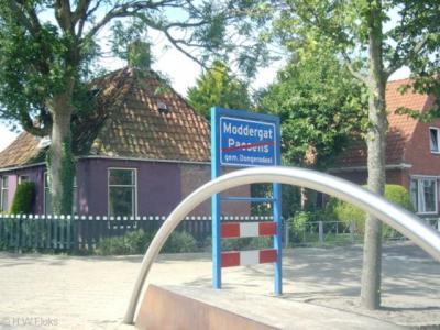 De gemeente Dongeradeel heeft het op de grens van Paesens en Moddergat nog eenvoudiger opgelost: op een bord een rode streep door Paesens ten teken dat je dat dorp verlaat, en daarboven de naam van het dorp dat je binnenkomt: Moddergat. Ook niks mis mee.