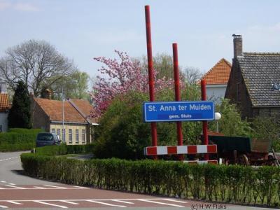 In het idyllische plaatsje Sint Anna ter Muiden, waar vrijwel alle panden een rijksmonument zijn, ligt het westelijkste punt van Nederland.