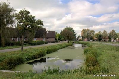De buurtschap Geer, in het hart van de Vijfheerenlanden, hoort grotendeels bij het dorp Nieuwland, waarvan we in de verte de huizen en de toren zien.