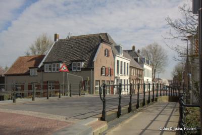 Over de brug van het water de Bijleveld komen we in de Dorpsstraat van Harmelen met zijn mooie monumentale huizen