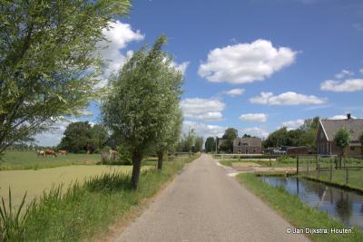 Westeinde, een langgerekte buurtschap, met veel natuurschoon aan een rustige weg