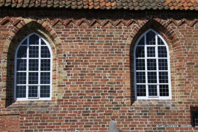 Een mooi gerestaureerde raampartij van de kerk van het Friese dorp Jistrum