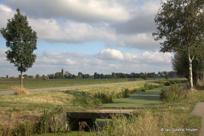 Geer, de weg Nieuwe Geer is aangelegd parallel aan de weg Geer voor een snellere verbinding met o.a. Leerbroek, waarvan we de toren zien aan de horizon.