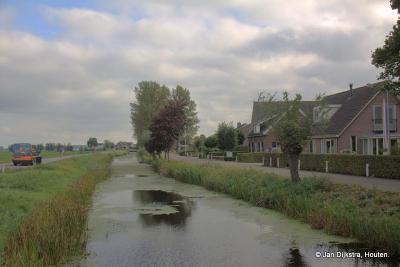 Buurtschap Geer ligt grotendeels aan de gelijknamige weg. Daarnaast loopt het water de Geervliet, en daarnaast de recent aangelegde weg Nieuwe Geer. Op deze foto zie je ze alle drie mooi naast elkaar liggen.