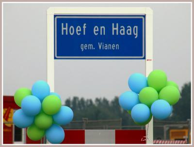 Het is feest: een nieuw dorp is geboren! Het heet Hoef en Haag, naar de polder waar het in ligt. De 'geboortedatum' is 27 mei 2016, d.w.z. toen is het project officieel 'geopend' en is de symbolische eerste paal geslagen.