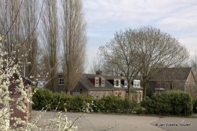 Dit oudere, verscholen huizenblokje in buurtschap Putkop bij Harmelen grenst direct aan de spoorlijn waar op 8 januari 1962 het ernstigste spoorwegongeluk in Nederland heeft plaatsgevonden, met 93 doden en 52 gewonden