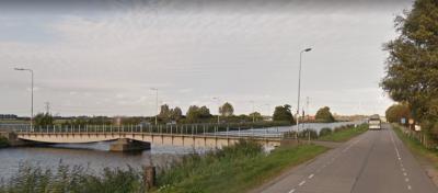 Tegenwoordig ligt er bij buurtschap 2e Vlotbrug een vaste brug over het Kanaal door Voorne. Vroeger heeft hier een vlotbrug gelegen, waar de buurtschap naar is genoemd. Zie daarvoor het hoofdstuk Geschiedenis. (© Google StreetView)