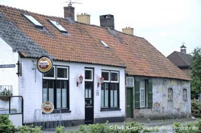 Galder, Café Knooppunt Galder, naast de kapel, op de hoek van de Sint Jacobsstraat en de Galderseweg, heette vroeger 'Het wapen van Nieuw Ginneken'.