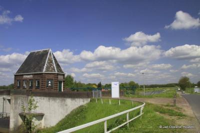 Tussen Aalst en Poederoijen staat het gemaal H.C. de Jong