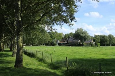 De dorpskern van Aalsum ligt op een terp van 5,3 meter boven NAP