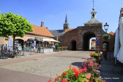 Aardenburg, de Kaaipoort, aan een gezellig plein met heel veel zitjes
