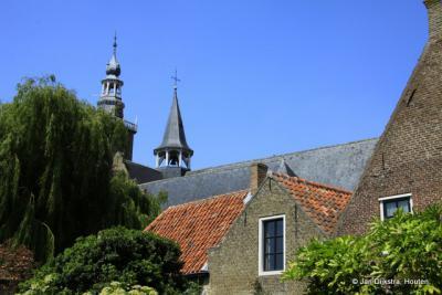 Een hoekje in de mooie plaats Aardenburg, met de Sint Bavokerk