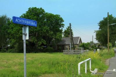 De buurtschap Achterbroek heeft helaas geen plaatsnaamborden, alleen aan de straatnaambordjes kun je zien dat je er bent aanbeland