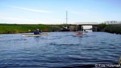 Het Aduarderdiep loopt O langs Aduard. Om het geheel te bekanoën, moet je een goede conditie hebben: het kanaal, dat loopt van Hoogkerk naar Aduarderzijl, is namelijk 12 km lang.