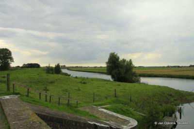 De zijl (sluis) bij Aduarderzijl; we kijken over het Reitdiep.