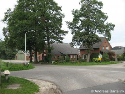 Agelo, de kruising Dusinksweg/Kooiweg/Timmusweg/Steenmatenweg in Klein-Agelo. Door ontwikkeling van de Ootmarsumse nieuwbouwwijk Brookhuis gaat de buurtschap geruisloos over in de bebouwde kom van die stad.