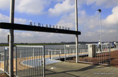 Als je met de veerboot vanuit Slikkerveer of Hendrik-Ido-Ambacht aankomt in Alblasserdam, word je met dit bord welkom geheten. Alleen staat het bord eigenlijk verkeerd om. Nu heet het de vertrekkers welkom...