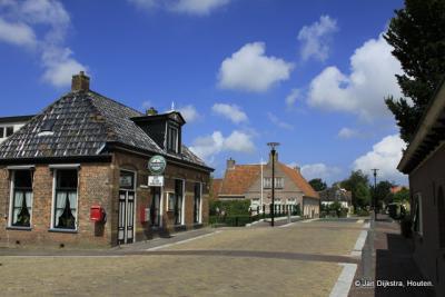 Tijd voor een bakje koffie in Alde Leie, in het gelukkig behouden gebleven dorpscafé De Drie Gemeenten.