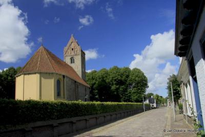 De romaanse Pauluskerk uit het midden van de 12e eeuw in Aldtsjerk