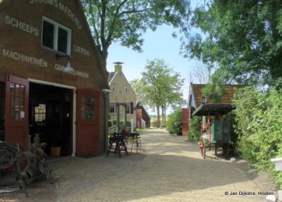 Je kijkt je ogen uit in het museumdorpje Allingawier. P.S. zoek de spelfout op de foto ;-)