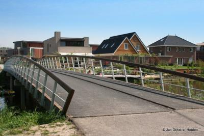 De Sieradenbuurt in Almere, gezien vanaf het Diadeempad bij de brug over de Aaktocht