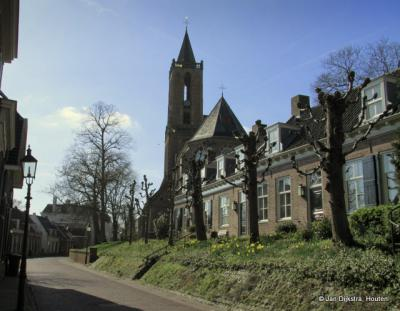 De Andrieskerk met oude huizen aan de Nederstraat.