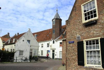 Ook de stad Amersfoort trekt veel toeristen die de oude binnenstad komen bewonderen, zoals hier de Muurhuizen.