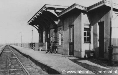 Het oorspronkelijke stationsgebouw van Baanhoek was een zogeheten abri, een houten wachtgelegenheid bestaande uit drie aan elkaar vastgebouwde ruimten. Deze foto is uit 1930. Sinds dec. 2011 is er een nieuw station Sliedrecht-Baanhoek.