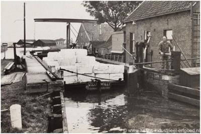 Bartelsluis, dekschuit met grondstoffen voor papierfabriek Van Gelder Zonen in de Bartelsluis