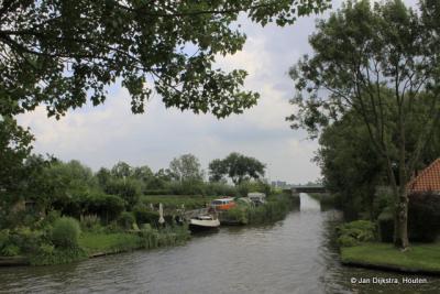 Vanaf het Elfsteden brugje  zien we over de Dokkumer Ee naar de Oudkerkervaart en is de cirkel rond.