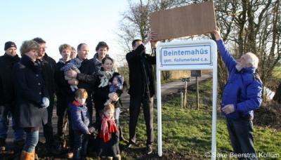 Buurtschap Beintemahûs is sinds februari 2014 ook ter plekke herkenbaar d.m.v. een plaatsnaambord. Op de foto de feestelijke onthulling van het bord, met op de foto vermoedelijk alle inwoners van deze kleine buurtschap, met nu nog maar twee boerderijen.