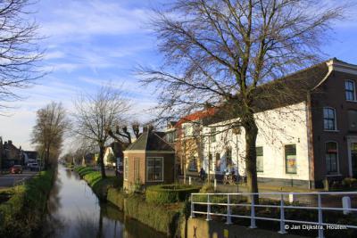Benschop, het theekoepeltje, gezien vanaf het Dorpsplein, met rechts het huis waar de latere schrijver Herman de Man als jongen enkele jaren heeft gewoond (waarvoor zie verder het hoofdstuk Bezienswaardigheden).