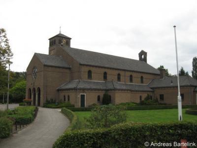 Bentelo, RK kerk Onze Lieve Vrouwe van Altijddurende Bijstand. Rechts, net buiten beeld, bevindt zich de pastorie.