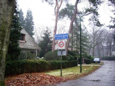 Bikbergen, deze buurtschap wordt doormidden gesneden door de grens tussen de gemeenten Huizen en Gooise Meren. Alleen op Huizens grondgebied heeft Bikbergen plaatsnaamborden.