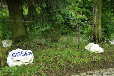 De buurtschap Bissen heeft, zoals veel buurtschappen in de gemeente Gulpen-Wittem, geen plaatsnaamborden. Je kunt alleen aan het geschilderde opschrit op deze steen zien dat je er bent aanbeland.