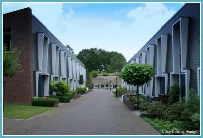 Fort Blauwkapel met het bijbehorende nederzettinkje is in 1997 overgedragen aan de gemeente Utrecht. Sindsdien heeft de gemeente er 16 huizen gebouwd, en er stonden er ook al 16, dus het huizental is sindsdien verdubbeld tot 32.