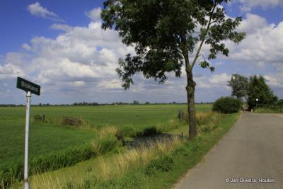 Blokland, met zicht op Polder Heeswijk. Op dit punt gaat de weg over in een fietspad.